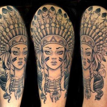 Tattoo dune femme indienne sur une épaule